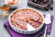 Il clafoutis è un rinomato dolce di origine francese, una torta che in genere si realizza con frutta di stagione e si gusta tiepida.