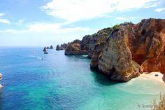 A pequena praia Dona Ana, no Algarve, e suas águas cristalinas