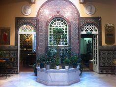 Restaurante Cuna 2, en Sevilla, con azulejos originales de Hispalcerámica en reflejo cobre.