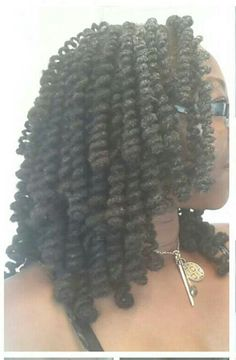 Pretty, so loving this natural hair style.