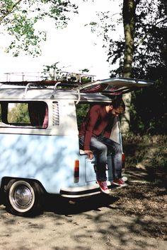 Surfer boy in Volkswagen T2 Van. Te huur bij DeVolkswagenbus.nl Foto credits: Fleur Joesten