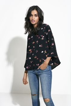 The boxy, fall floral blouse with slits at the sides looks great with everyday jeans | Gina Tricot Collections | www.ginatricot.com | #ginatricot