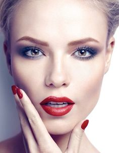 Elegant Spray Makeup inspiration for special events. Red lipstick, red nails, smokey eyes. #makeup #inspiration #spray #airbrush #red #specialevents #smokey