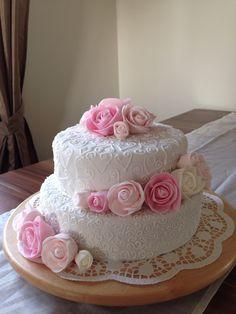 Torte zum Hochzeitstag derSchwiegereltern gebacken, die Rosen sind mir wirklich gut gelungen