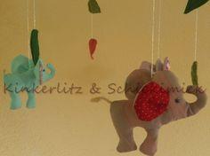 Ein süßes Mobile mit Elefanten. Hier kann das Kind sehen und staunen. Die Elefanten sind aus Baumwollstoff, mit Füllwatte gepolstert. An einem Kreu...