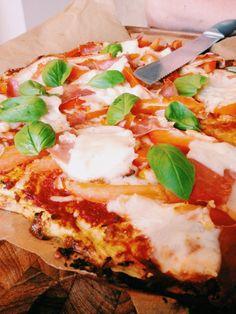 Cauliflower Pizza // Blomkålspizza, 3 Æg, 1 Blomkålshoved, 2 spsk Fromage Frais, Basilikum, Salt og Peber, Alle ingredienserne blendes med en blender eller en stavblender. Når dejen har en tyk konsistens bages den på 180 grader. Dejen tages ud, når den er gylden og den toppes så med det topping man ønsker. Pizzaen skal herefter være i ovnen en 5-10 min. Velbekomme!