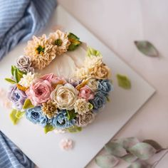 손으로 피우는 꽃 플라워케이크. . . . student's work. . . #루이스케이크 #플라워케이크 #버터크림플라워케이크 #플라워케익 #꽃케잌 #꽃케이크 #버터크림 #디져트 #베이킹 #홈베이킹 #케이크 #취미 #컵케이크 #판교 #분당 #용인 #정자동 #specialcake #weddingcake #cupcakes #flower #buttercream #buttercreamflowercake #piping #wilton #baking #cake