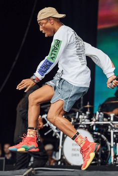 Pharrell Williams in the Pharrell Williams x adidas BYW Mode Streetwear, Streetwear Fashion, Celebrity Sneakers, Celebrity Workout, Celebrity Style, Best Mens Fashion, Fashion Poses, Pharrell Williams, Young Fashion