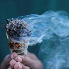 La science derrière la purification : ce qui se passe vraiment quand nous brûlons de la sauge