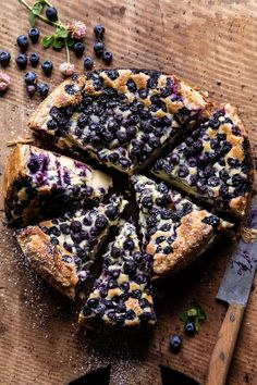 The prettiest simple Blueberry Basque Cheesecake.flaky puff pastry crust surrounding the creamy cheesecake filling, topped with fresh summer blueberries! Easy Summer Meals, Summer Recipes, Cheesecake Recipes, Dessert Recipes, Blueberry Cheesecake, Blueberry Cake, Cake Calories, Frozen Puff Pastry, Yummy Food