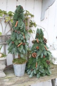 Pallet Christmas Tree, Rustic Christmas, Simple Christmas, Christmas Diy, Christmas Wreaths, Christmas Garden Decorations, Christmas Centerpieces, Diy Centerpieces, Christmas Inspiration