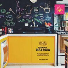 Que tal começar a semana dando uma super renovada na cozinha? Nós podemos adesivar todas as paredes e  móveis, com estampas ou cores sólidas que vão deixar ela muito mais charmosa! ♥ 🍔 🍴 #decoralis