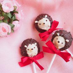 恋する乙女のビックイベントバレンタイン! 手作りのお菓子の準備は進んでいますか?今回はお菓子絵本作家の上岡麻美さん(@asami_kamioka)にケーキポップの作り方を教えていただきました。 なんとこのケーキポップは市販のお菓子を使って作るのでとっても簡単。さらに、ケーキポップをかわいくアレンジするコツも必見です。 Cake Pop Designs, Hedgehog Cake, Sweets Recipes, Desserts, Kawaii Dessert, Japanese Sweets, Bento Box, Cute Food, Cake Pops