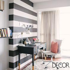 As listras em preto e branco conferem originalidade ao home office em estilo eclético