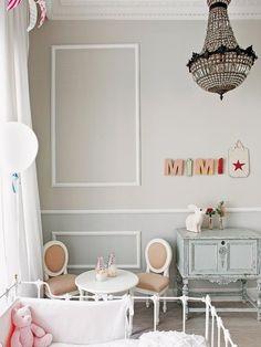 Paredes en tono neutro con mesita y sillas estilo francés