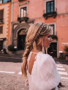 Here are some helpful tips to help restore shine to your severely dry and damaged hair. Dry and frizzy hair can break easily and is harder to manage. Easy Hairstyles For Long Hair, Summer Hairstyles, Pretty Hairstyles, Braided Hairstyles, Afro, Cut Her Hair, Hair Makeup, Eye Makeup, Good Hair Day