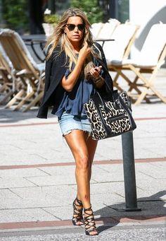 Sylvie Meis: Leo geht einfach immer! So trägt Sylvie hier einen coolen, schlichten Casual Look mit einer Céline-Tasche im Leolook. Kostenpunkt: um die 3.000 Euro.