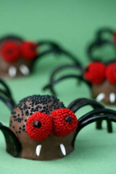 Paula Deen Creepy Crawly Brownie Spider Bites -- such a cute idea for Halloween and kids love it too Halloween Backen, Fröhliches Halloween, Halloween Goodies, Halloween Food For Party, Holidays Halloween, Halloween Treats, Halloween Dinner, Halloween Recipe, Holiday Treats