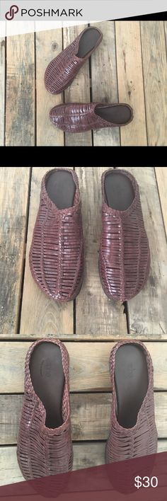 """Arche 38 Tan Woven Leather Mules Slip On Flats EUC 38 Made in France / US Size 7 - Features gorgeous leather and wavy sole. Includes all natural latex outsole with maximum shock absorption and comfort. Heel height- 1"""" Arche Shoes Mules & Clogs"""