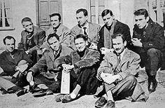 Ángel González junto a Blas de Otero y los poetas del grupo poético de los 50 como: José Agustín Goytisolo, José Ángel Valente, Jaime Gil de Biedma o Carlos Barral