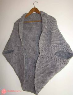 Most Shic Knit Poncho Models – Knitting And We Shrug Knitting Pattern, Cardigan Pattern, Loom Knitting, Knitting Patterns, Gilet Crochet, Knitted Poncho, Knitted Blankets, Knit Crochet, Mode Crochet