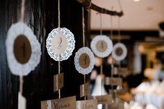 Eine tolle Idee für den DIY-Sitzplan bei der Hochzeit von Nina & Niels auf Burg Windeck. Foto: Stephan Presser