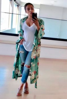 Green Floral Print Kimono Robe Kimonos have been a huge trend this year and this Green Floral Print Kimomo Robe is incredibly easy to wear. Mode Outfits, Casual Outfits, Fashion Outfits, Womens Fashion, Floral Outfits, Latest Fashion, Fashion Trends, Fashion Ideas, Fashion Tips