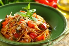 Makaron ugotuj al dente. Warzywa umyj i pokrój w kostkę.  Marchew, cukinię i paprykę usmaż na rozgrzanym oleju.  Dodaj pomidory, zioła i kostkę Knorr, wszystko podduś.  Zalej całość sokiem pomidorowym i gotuj kilka minut. Przypraw pieprzem. Makaron wymieszaj z sosem i posyp serem.
