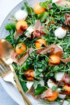 Prosciutto & Melon Salad with Easy Homemade Balsamic Vinaigrette Recipe A lovely, summery salad featuring balls of juicy ripe cantaloupe, bits of salty prosciutto, creamy mozzarella and a flavorful (and easy! Melon Recipes, Summer Recipes, Salad Recipes, Cantaloupe Recipes, Clean Eating Snacks, Healthy Eating, Healthy Salads, Healthy Recipes, Balsamic Vinaigrette Recipe
