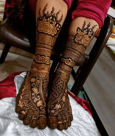 While those minimal bridal feet mehndi designs look super flamboyant, and somehow, the charm of the timeless leg mehndi designs is unparalleled. Arabic Bridal Mehndi Designs, Mehndi Designs Feet, Mehndi Designs For Girls, Indian Mehndi Designs, Stylish Mehndi Designs, Mehndi Design Photos, Mehndi Images, Tattoo Designs, Art Designs