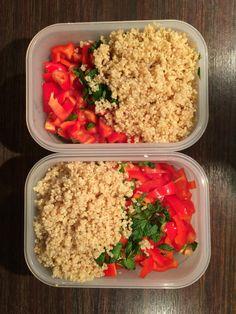 Salade met quinoa, puntpaprika, munt, feta, blanke rozijnen en een beetje olie met kaneel.