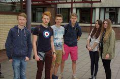 Groupe de visite de la ville. Les élèves sont équipés d'un ipad pour réaliser leur i-quest.