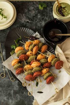 carrot, spinach & beet idlis - A Bit Wholesomely Indian Appetizers, Indian Snacks, Indian Food Recipes, Vegetarian Recipes, Ethnic Recipes, Steamed Cake, Steamed Food, Idli Sambar, Vegan Food Truck