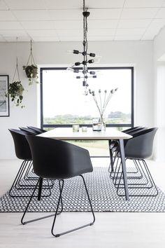 Artichok-Kuipstoel Hugo Zwarte eetkamerstoel | GEWOONSTIJL.nl #stoel #eetkamerstoel #kuipstoel #eetkamer #eethoek #design #interieur #wonen #huisinrichting #styling #inspiratie Room Interior Design, Dining Room Design, Home Design, Upholstered Furniture, Furniture Decor, Dining Room Inspiration, Affordable Furniture, Dining Table Chairs, White Decor