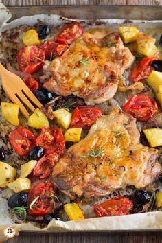 """Le COSCE DI POLLO DISOSSATE AL FORNO CON PATATE e pomodori sono un secondo piatto facile e dal sapore semplice e genuino. Un tripudio di sapori e colori, perfetto per deliziare tutta la Famiglia, bimbi compresi.  Per preparare questa ricetta dovrete farvi disossare delle cosce di pollo, dal vostro macellaio e condirle con aromi, e cuocerle al forno con l'aggiunta di patate, cipolle, olive e pomodorini. Grazie al TRUCCHETTO della """"pelle"""" la carne resterà tenera e succosa e non diventerà mai… Meat Recipes, Dinner Recipes, Healthy Recipes, Cherry Tomatoes, Baked Chicken, Food And Drink, Potatoes, Tasty, Dishes"""