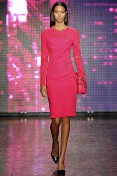 DKNYn reippaan värisen mekon kantaja kääntää katseet. 15 Date-Night Outfit Ideas From Fall 2013 New York Fashion Week