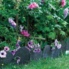 Bordure de jardin avec des ardoises arrondies et plantées