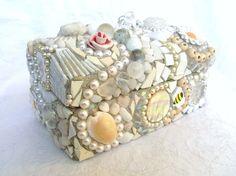 Ik vind deze deksel heel leuk omdat er met allemaal verschillende materialen een deksel ik versiert van een kistje