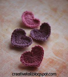Hæklede hjerter - opskrift på dansk - bruges til gavemærker, julepynt eller pynt til en babyhat