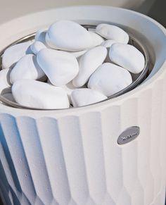 Vaaleat sävyt valtaavat saunoja. Esimerkiksi Tulikiven valikoimassa on useita erilaisia valkoisia ja vaaleita kiukaita. Kiuaskivetkin ovat valkoisia.