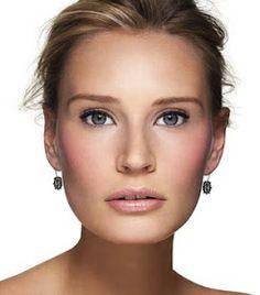 Maquillaje sencillo para novias rubias, con los pómulos marcados con colorete rosa