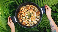 Máte remosku? Pak víte, že ji můžete naplnit téměř čímkoli, apo zapečení vás čeká báječné jídlo zjednoho hrnce. Pro inspiraci přinášíme skvělou kombinaci brambor, pórku, masa, sýra asmetany. Určitě to zkuste apříště recept obměňte podle toho, co máte ve spíži či na zahrádce. Paella, Vegetables, Ethnic Recipes, Vegetable Recipes, Veggies