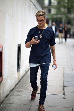 紺無地Tシャツ×スキニージーンズ×ワークブーツ   メンズファッションスナップ フリーク   着こなしNo:154637