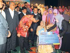 Pelajar cemerlang terima insentif  Razif (kiri) bertanya khabar kepada Normelisa selepas dia menerima insentif pada Majlis Apresiasi Kecemerlangan SPM dan STPM Negeri Terengganu 2015 semalam.  KUALA TERENGGANU  Keadaan ekonomi kurang stabil pada masa kini tidak menghalang Terengganu meneruskan bantuan dan juga insentif kepada mereka yang layak.  Terbaharu seramai 406 pelajar cemerlang Sijil Pelajaran Malaysia (SPM) dan Sijil Tinggi Persekolahan Malaysia (STPM) menerima insentif sebanyak…