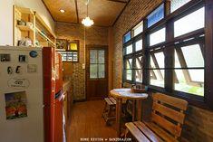 ห้องครัว ผนังอิฐ บิลอินไม้