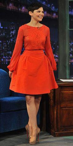 GINNIFER GOODWIN    La actriz visitó el programa Late Night with Jimmy Fallon (NBC) para promocionar su nueva serie, Once Upon a Time. Y como ya es habitual, la actriz desbordó elegancia con este conjunto de falda y blusa color naranja, y pumps Christian Louboutin.