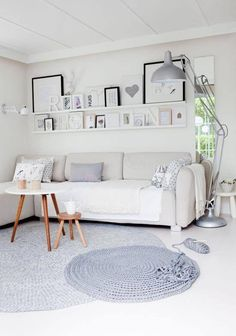 Pour chez nous, une étagère ou 2 avec plein de cadres photos .. dans petit salon TV ? ...