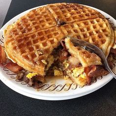 I must try a waffle sandwich food street videos cooking fast pizza tasty best mark wiens vlog tr I Love Food, Good Food, Yummy Food, Waffle Sandwich, Waffle Waffle, Bacon Sandwich, Fried Chicken Sandwich, Keto Waffle, Food Porn