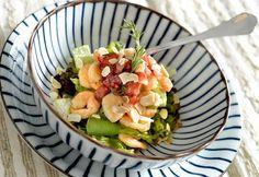 Salada de camarão com tartar de morango