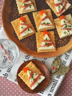 Christmas snacks for a Christmas dinner treat at school; Make easy and quick kids' snacks for Christmas breakfast, high tea or lunch. Christmas Canapes, Christmas Party Food, Xmas Food, Christmas Appetizers, Christmas Cooking, Appetizers For Party, Party Snacks, Holiday Parties, Christmas Crackers